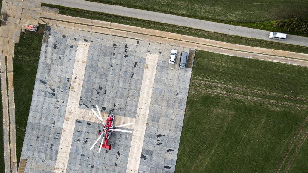 Mobile Baustrassen Ruiter Fahrstrassen Norddeutschland Hubschrauberlandeplatz aus Bodenmatten Stahlplatten fuer Freileitungsbau 2 von 5